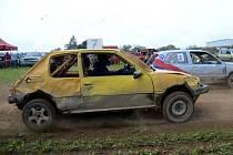 Auto Hobby Cross se nejezdí v rukavičkách, o tom svědčí i zdeformované plechy na vozidle na snímku.