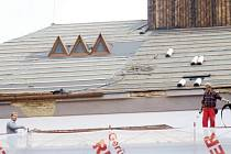 Střecha krnovského divadla prošla v roce 2006 generální rekonstrukcí. Město Krnov už má k dispozici znalecký posudek, podle kterého je současný dezolátní stav střechy způsoben především chybami v projektu.