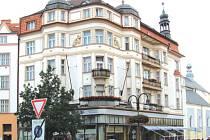 Dům na Hlavním náměstí 22 byl postaven před sto lety. V přízemí má restauraci Hermes, ve které současní i bývalí obyvatelé oslaví sté narozeniny svého domu.