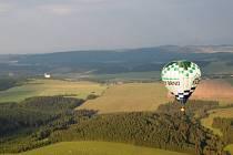 Dobrodruhům v balonech nepřálo počasí, rekord v podobě přeletu Pradědu se tak nezdařil.