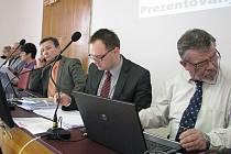 VEDENÍ MĚSTA bylo nuceno na pokyn ministerstva jednat v úterý opakovaně o vyhlášce, regulující hazard v Bruntále. Zepředu místostarosta Václav Mores, starosta Petr Rys a místostarosta Vladimír Jedlička.