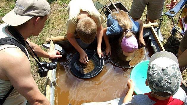 Rýžování zlata, tavba rudy v replice historické huti, řemeslníci, i razítkovací hra se staly hlavními šlágry v roce 2010  Lesní slavnosti Lapků z Drakova a Dnů lesů ČR.