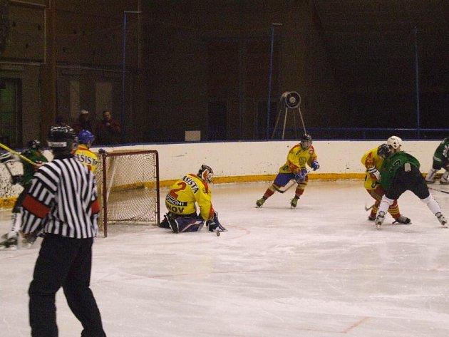 Hokejisté Krnova tentokrát vyhráli na ledě Rožnova pod Radhoštěm.