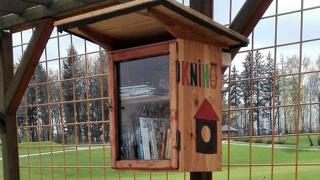 Malou knihovničku se čtením najdou zájemci v Zahradě Hedvy v Rýmařově. Stačí si jen vybrat, sednout si a začíst se. Nebo si knihu půjčit, případně sem nějakou věnovat.