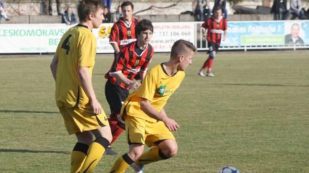 Také na jaře bude oblékat krnovský dres fotbalista z Opavy František Kaštovský (na snímku vpravo), počítá se s ním do ofenzivy. Vlevo na fotce je Daniel Biskup, opora zadních řad.