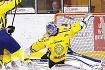 Krnovští hokejisté si ve druhém utkání napravili reputaci, když v pohodě porazili Studénku. Na snímku jeden z hrdinů v domácím dresu, brankář Antonín Mužík.