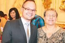 Milena Dudová je pravidelnou dárkyní krve. Během ocenění v bruntálském zámku se zvěčnila se starostou Petrem Rysem.