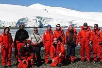 Pavel Kapler (stojící druhý zleva doprava) je doma v Bruntálu a do Antarktidy dojíždí do zaměstnání. Je totiž správcem Mendelovy polární stanice, která právě dnes slaví deset let od svého založení.