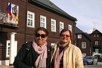 Americká novinářka Sarah Wildman (vlevo), která původně přijela do Evropy pátrat po dávné lásce svého dědečka. Jeseníky navštívila shodou náhod na doporučení krnovské dětské lékařky Ludmily Kučové (vpravo).