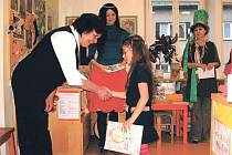 Pasování prvňáčků na čtenáře probíhá v krnovské  knihovně každoročně. V těchto dnech jim přichází popřát hodně pěkných zážitků s knížkou také zástupci města. Prvními průvodci do světa čtenářů a knížek jim letos byly postavičky z knížek Václava Čtvrtka.
