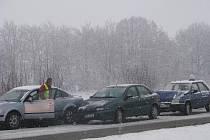 Tři auta se na opavské výpadovce v Krnově včera po osmé hodině ranní dostala na namrzlé vozovce do kolize.