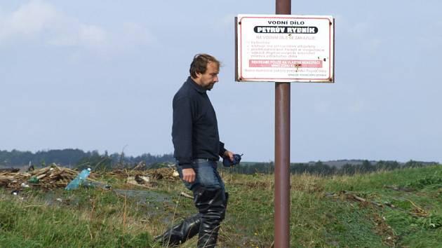 VODA Z PETROVA RYBNÍKA v Krnově začala přetékat přes hráz a v jeho náspech se začaly objevovat lokální sesuvy půdy.