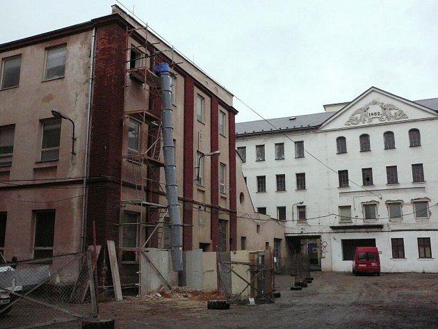 Město Krnov zahájilo stavební práce na záchraně památkově chráněné budovy bývalé přádelny továrny na vlněné zboží (vlevo).