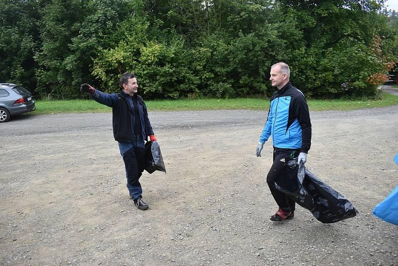 Krnované mohou být hrdí na hráče FK Krnov. Fotbalisté se zapojili se do úklidu odpadků v lese, aby šli ostatním příkladem.