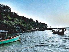 Asie, to je moře, sladké ovoce, ale také zaprášené silnice, odpadky a toulaví psi.