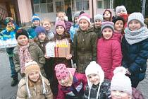 Děti ze školní družiny se vydaly do krnovského domova seniorů v Rooseveltově ulici, aby seniorům předaly dárky, zazpívaly a popřály jim vše nejlepší do nového roku.