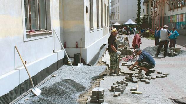 Právě probíhá oprava soklu budovy tak, aby byla dokončena do víkendových Dnů města.