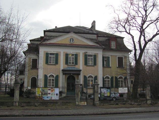 Architektonickým skvostem Krnova je pozdně barokní vila textilního továrníka Heinricha Steuera z roku 1931.