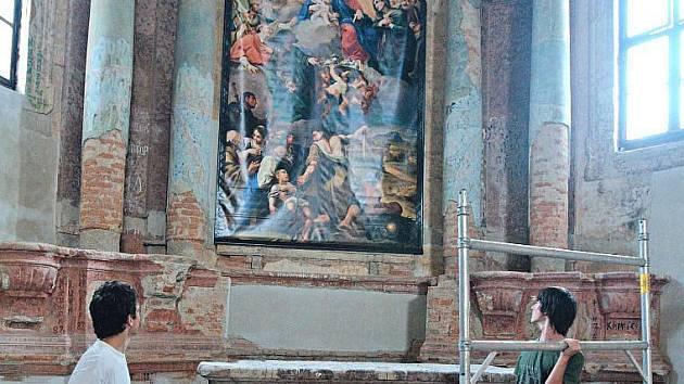 Olatářní obraz Panny Marie přijímající dary od poutníků od úterního odpoledne opět zdobí kostel svaté Anny ve Staré Vodě u Libavé nedaleko Moravského Berouna.
