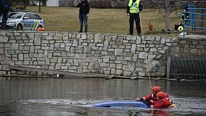 Hasiči a policisté loví v Krnově auto z řeky.