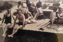 Atmosféru dávného krnovského koupaliště si dokážeme představit díky zvětšeninám pohlednic ze sbírky Jiřího Křivy.