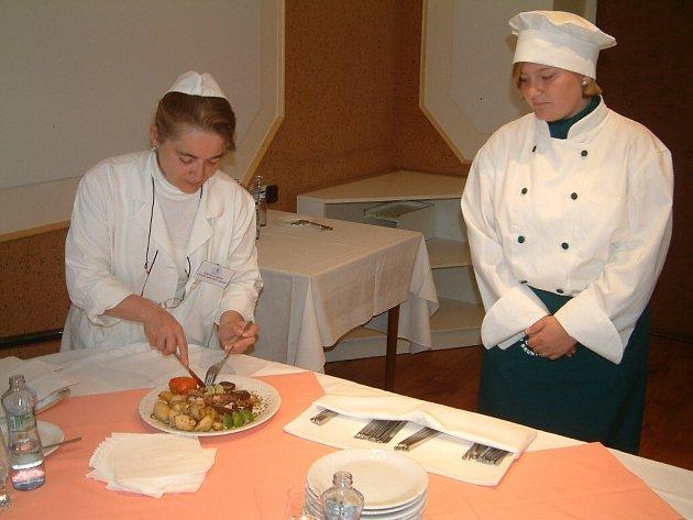 Chobotnice s opékanými brambory je specialita, kterou připravila pro porotu jedna ze studentek Odborného učiliště na Dukelské ulici v Bruntále v rámci zkoušky z odborného výcviku.