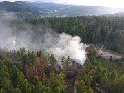 Při těžbě kůrovcového dřeva přímo v lese shořel harvestor.