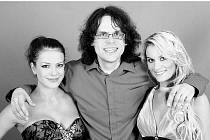 Bruntálský fotograf Josef Polášek před týdnem fotil v Praze s herečkou Andreou Kerestešovou (vlevo) a modelkou Veronikou Stupkovou (vpravo). Třetí modelkou, která na snímku není, byla Miss ČR 2008 Eliška Bučková.