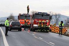 K tragické nehodě došlo ve středu ráno u Třemešné. Při srážce osobního auta s traktorem zemřel spolujezdec z auta, řidič je těžce raněn.