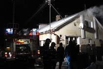 Čtyři jednotky hasičů zasahovaly v úterý večer ve Světlé Hoře, místní části Světlá u požáru přízemní bytové jednotky.