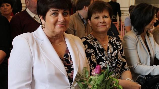 Slavnostní předání ocenění proběhlo na zámku v Bruntále. Ředitelka Střední odborné školy Bruntál Eva Nedomlelová  a oceněná Jolana Lolková (zleva) spolupracují dlouhých 31 let.