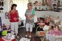 Sběratelka panenek Miroslava Vroblová (vlevo) ráda návštěvníkům malého muzea v Úvalně povypráví o osudech každé panenky nebo hračky, kterou zde uvidíte.