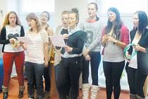 Studentky Střední odborné školy dopravy a cestovního ruchu si připravily vánoční program pro klienty Harmonie.