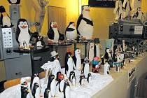 """Předsálí kina zdobí několik plastických tučňáků, které vytvořily děti v rámci soutěže """"Vytvoř figurku tučňáka""""."""