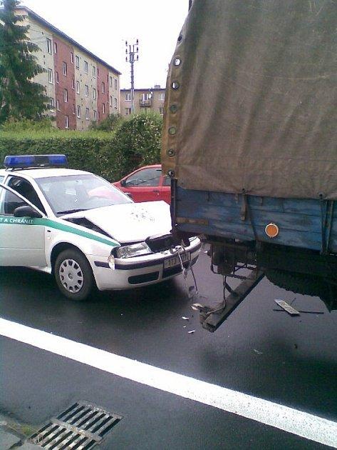 Policista nedodržel bezpečnou vzdálenost za zastavující Avií a narazil do ní.