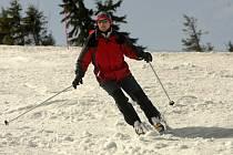 Poslední sníh a pořádnou porci slunce si v těchto dnech vychutnávají návštěvníci lyžařského areálu pod Pradědem v Jeseníkách. Lyžařské vleky pojedou až do konce dubna.