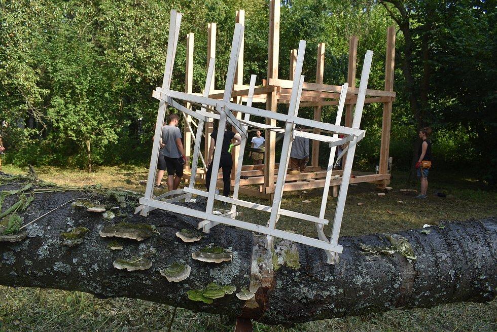 """Studenti architektury v Pelhřimovech dostali hromadu prken, vruty a zadání """"bezpečný úkryt""""."""
