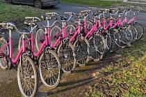 Sdílená růžová kola v Úvalně znají už šest let. Letos našli způsob, jak současně podpořit muže po návratu z vězení a děti v Africe.