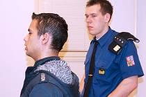Jiří Šindelář  (vlevo) je recidivistou, který podle rozsudku bruntálského soudu vloni v listopadu znásilnil na vlakovém nádraží nebohou středoškolačku.