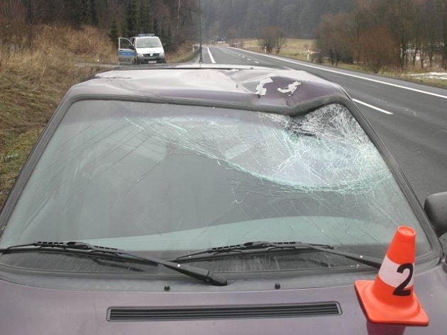 Rozbité čelní sklo na felicii čtyřiapadesátiletého řidiče způsobil jelen, který mu vběhl pod kola.