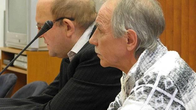 Ján Bakalár při soudním jednání (vpředu vpravo) se svým obhájcem. Když se v mládí napil, pořádně se rozparádil. Nyní už se zklidnil, i tak před dvěma lety rozťal v zuřivosti hlavu půllitrem kamarádovi a vloni střelil mladíka do hlavy pistolí.