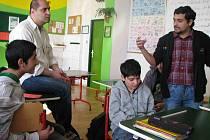 Učitelé Rostislav Mucha (vpravo) a Martin Greško (vlevo nahoře) hovoří s žáky o zkušenostech z projektu Jsme lidé jedné země.