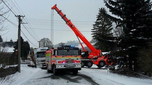 Nákladní automobil značky Renault, který byl plně naložen dřevěnými paletami, museli ve středu vytahovat hasiči zpříkopu vGuntramovicích.
