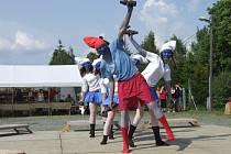 Každoroční kácení májky a májovou veselici ve Valšově provázela hudební a taneční show nejen místních dětí.