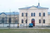 Školní tělocvična na Smetanově okruhu je zatím ještě zčásti zakrytá lešením, ale kolemjdoucí si už mohou udělat představu, jak bude vypadat po dokončení rekonstrukce.