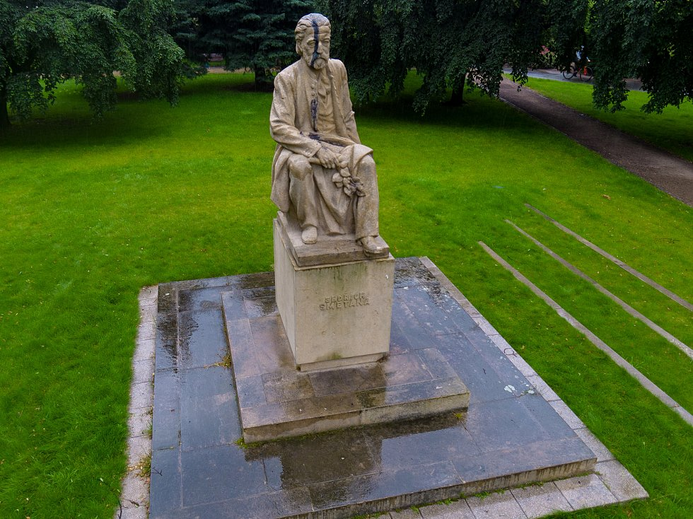 Tmavá skvrna na soše Bedřicha Smetany se táhne od temene hlavy až do kalhot. Foto: Adam Ehl