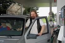 Ondřej Kočár z Opavy včera kolem poledne tankoval do svého vozu Natural 95.
