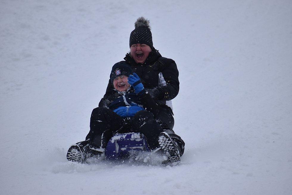 Kromě pejskařů, sáňkařů a rodin s dětmi dorazili na sjezdovku ve Vraclávku dokonce i dva lyžaři. Sobota 9. ledna 2021.