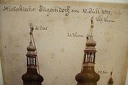 Klempíři, kteří pracovali na věžích krnovských kostelů, rozhodně netrpěli závratí. Na památku si pořizovali odvážné fotografie, ze kterých dodnes tuhne krev v žilách.