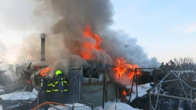 Tři jednotky hasičů zasahovaly v pondělí u požáru dřevěné zahradní chaty.